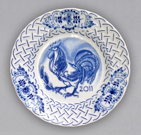 Cibulák Talíř výroční 2011 závěsný reliéfní 18 cm , originální cibulákový porcelán Dubí , cibulový vzor,