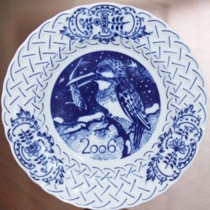 Cibulák Talíř výroční 2006 závěsný reliéfní 18 cm , originální cibulákový porcelán Dubí , cibulový vzor,