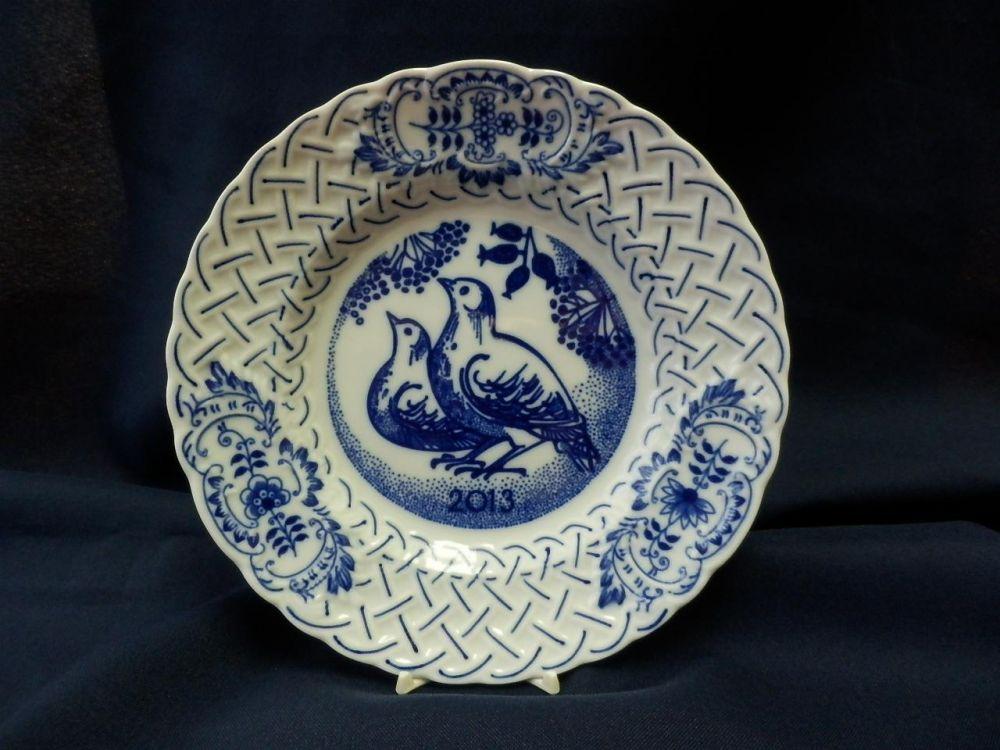 Cibulák Talíř výroční 2013 reliéfní 18 cm originální cibulákový porcelán Dubí, cibulový vzor,